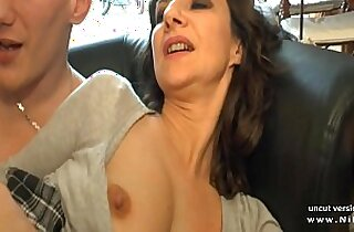 Amateur French mom seduces and gives her ass to a young dick guy